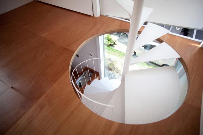 Escalier tournant dans petite maison design