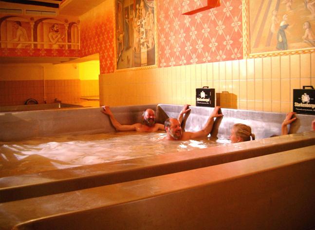 Se détendre dans une piscine de bière
