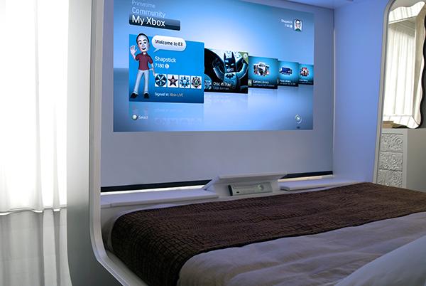 Un lit pour jouer à la console de jeux et regarder la télé