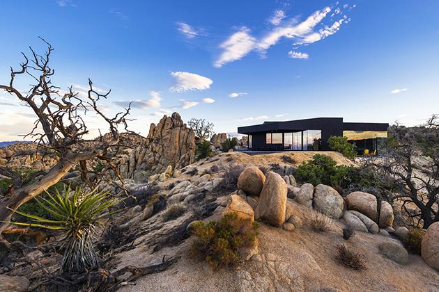 Maison contemporaine Noire dans le desert de Joshua Tree