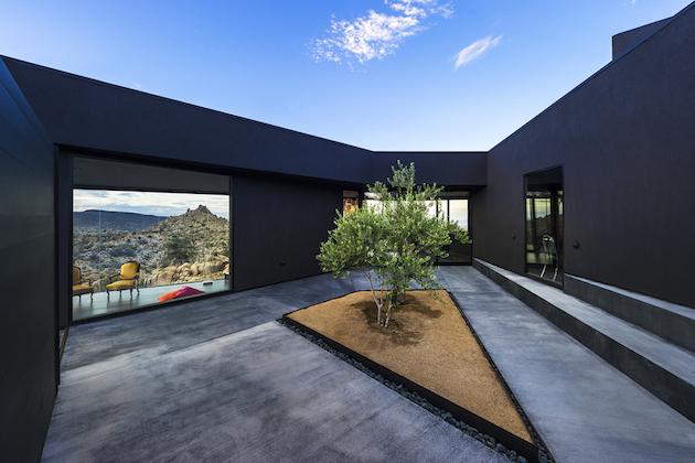 maison-contemporaine-noire-joshua-tree-06