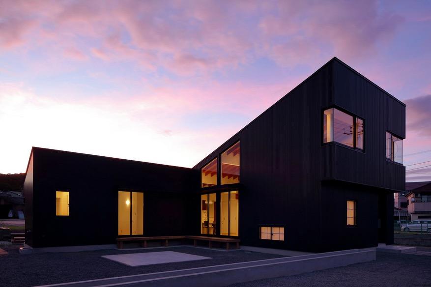 Maison design noire avec un int rieur minimaliste for Maison minimaliste